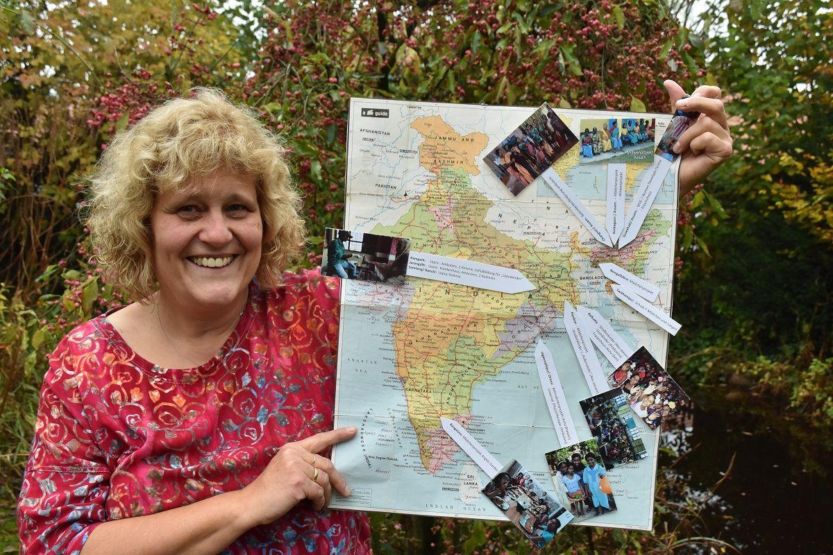 Vielseitiges Engagement: Marietheres Stoppel mit einer Landkarte von Indien, auf der die verschiedenen Projekte der Indienhilfe Bakum markiert und beschrieben sind. ⋌Foto: Klöker