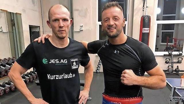 Gutes Team: Erdogan Kadrija (rechts) wurde in Schwerin von seinem Trainer Jürgen Brähmer auf den Kampf vorbereitet. Foto: Kadrija