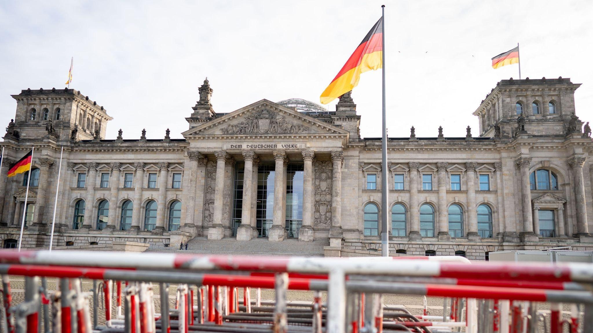 Das Reichstagsgebäude wird mit Absperrgittern gesichert. Foto: dpa/Nietfeld