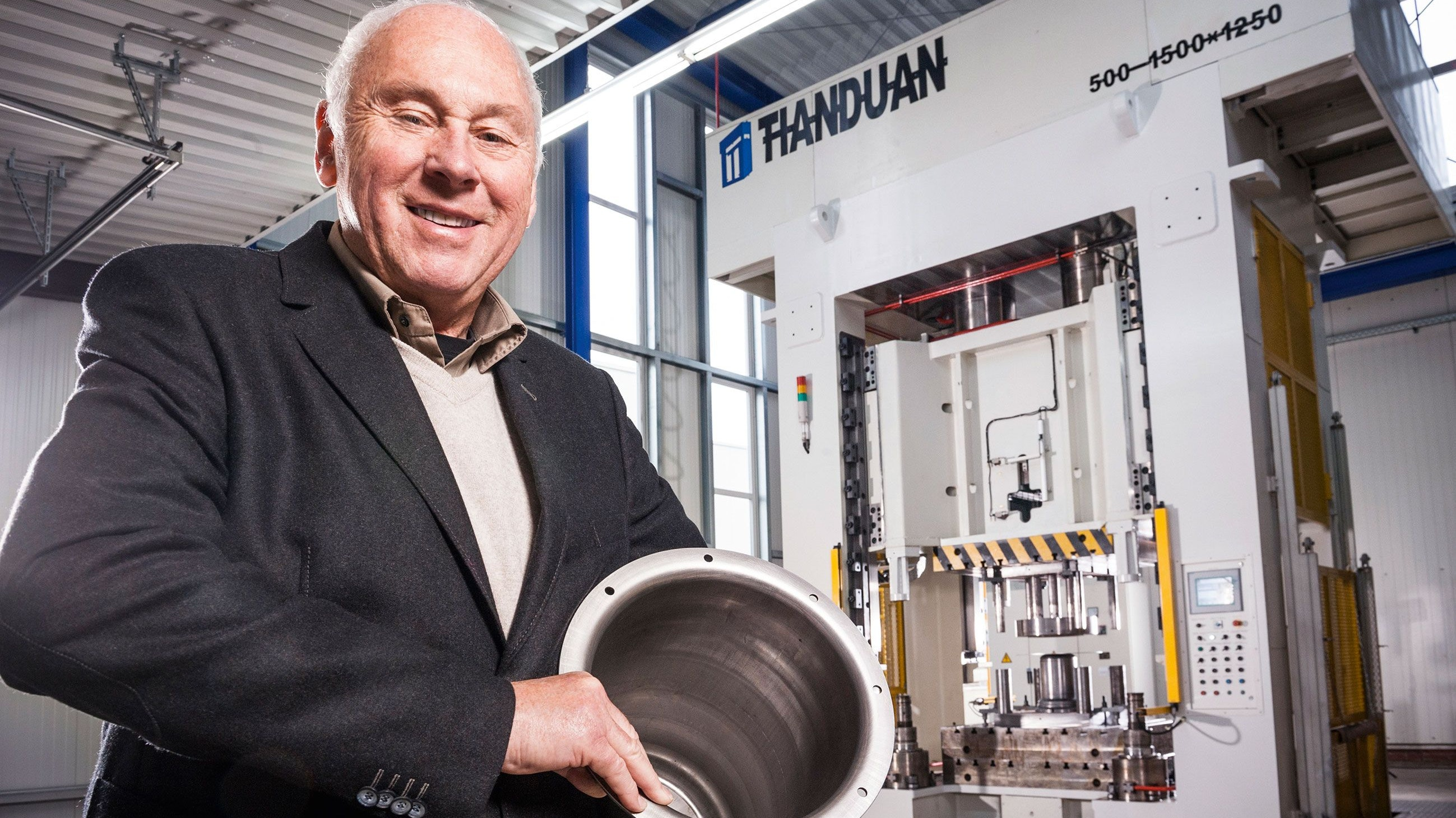 """Innovativer Qualitätsanlagenbau mit Edelstahl, dafür steht Erich Stallkamp. Er wurde im Jahr 2014 als """"Unternehmer des Jahres"""" geehrt. Foto: Gerald Lampe / foto:hölzen"""