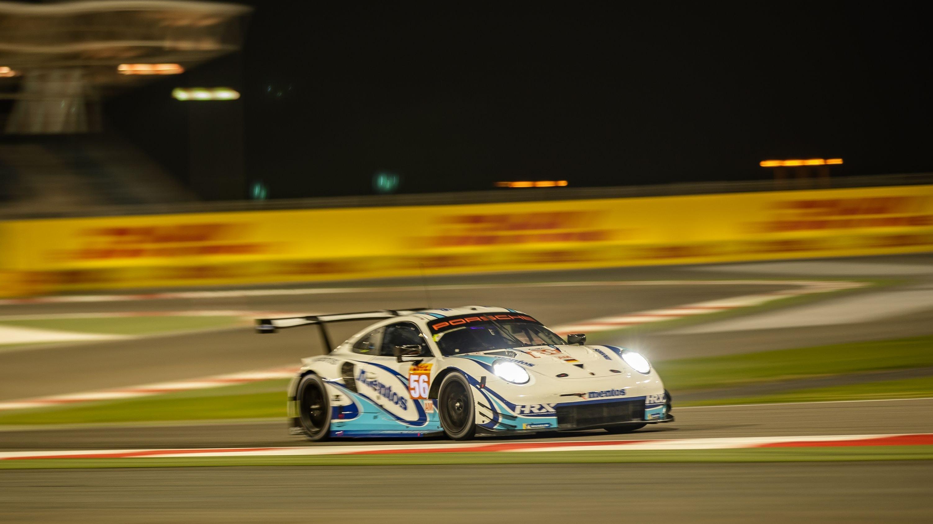 Wenn es Nacht wird in Bahrain: Der Project-1-Porsche 911 RSR auf dem Weg zum Sieg in der GTE Am-Klasse. Foto: Lofthouse