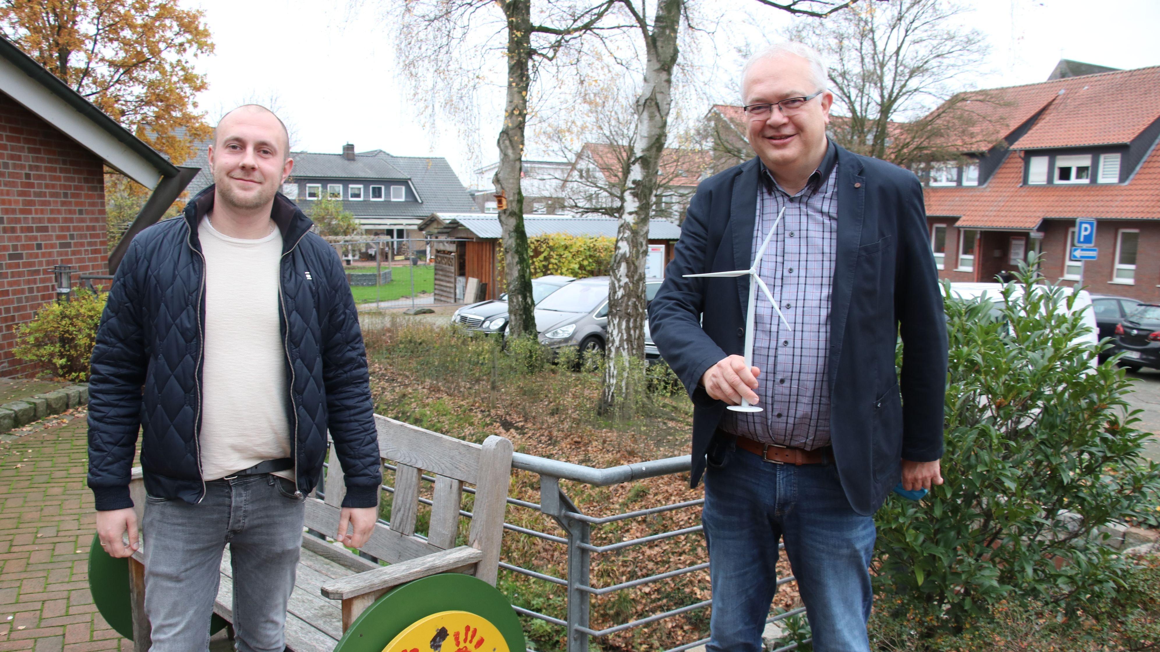 Deutliche Überproduktion: Im Neuenkirchen-Vördener Gemeindegebiet wird nach Angaben Arthur Hamms (links) und Ansgar Brockmann 85 Prozent mehr Strom aus regenerativen Energien erzeugt als tatsächlich an Strom verbraucht wird. Foto: Lammert