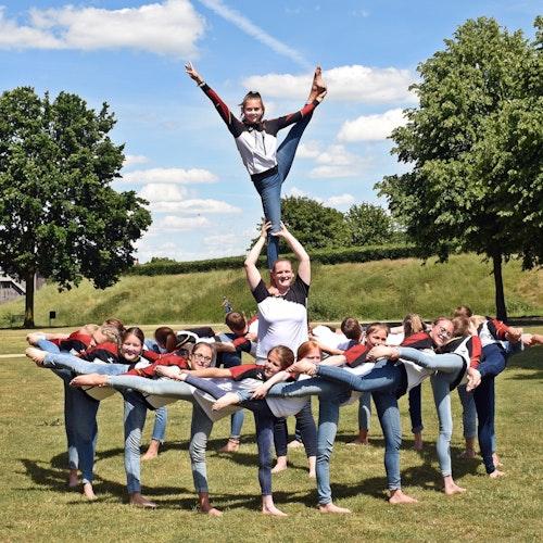Gymnastik im Grünen: Eine In-Motion-Gruppe präsentiert sich im Zitadellenpark dem Fotografen. Foto: Bülow