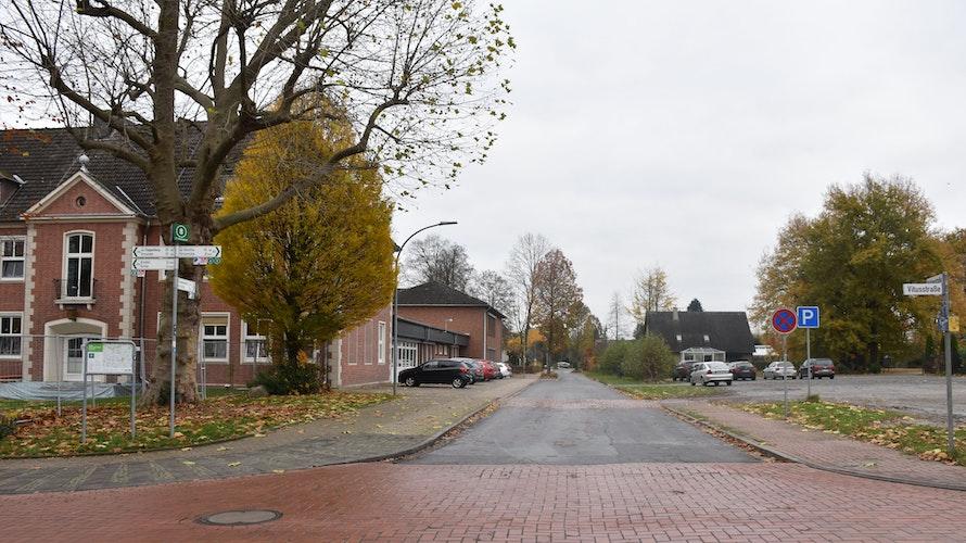 Wenn rechts ein Neubau entstünde, müssten manche Schüler zu jeder Pause die Mühlenstraße überqueren. Foto: Ebert