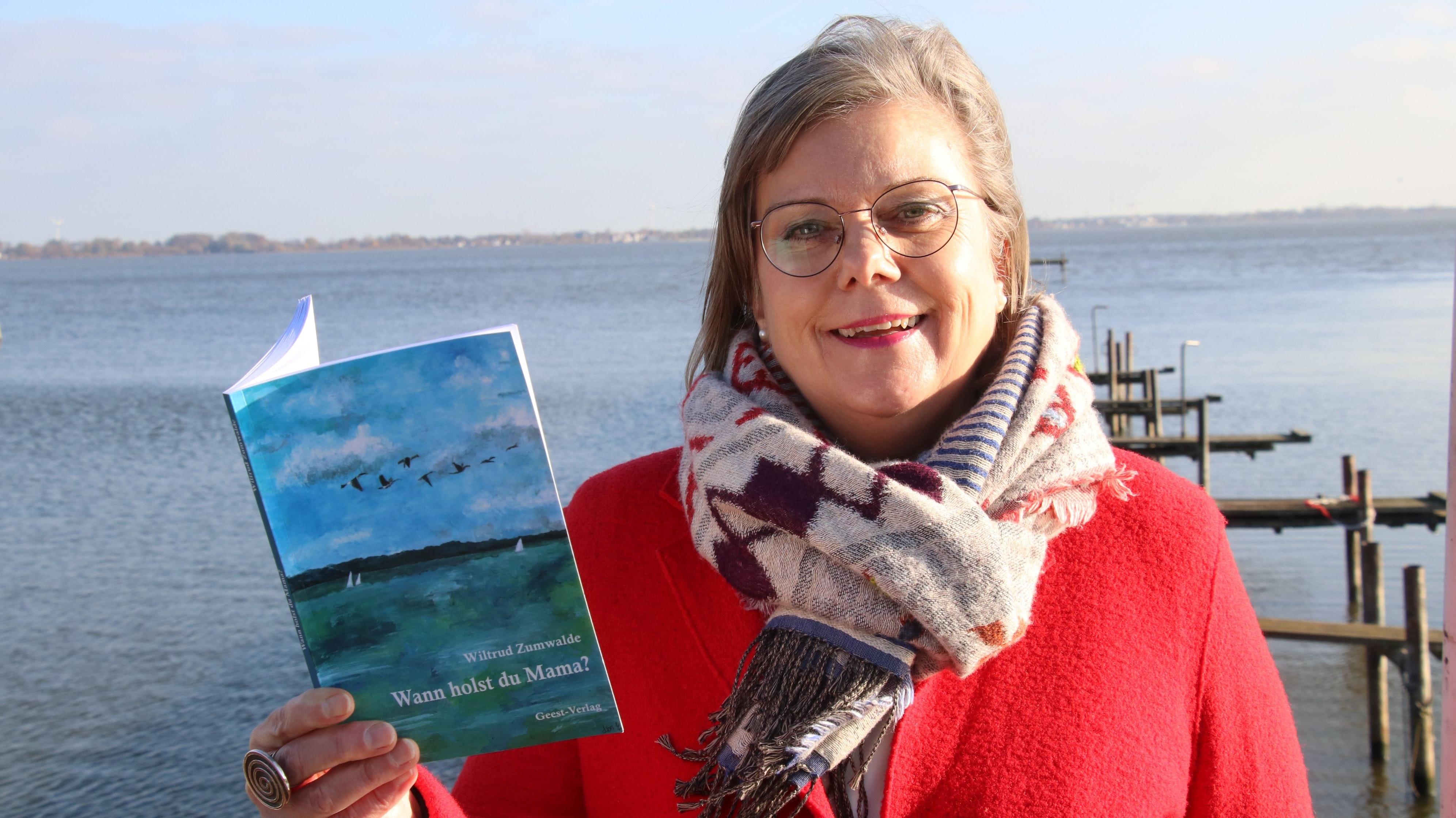 """Unter die Autorinnen gegangen: Wiltrud Zumwalde hat im Geest-Verlag ihr Buch mit dem Titel """"Wann holst Du Mama?"""" über die Pflege ihrer Eltern veröffentlicht. Foto: Lammert"""