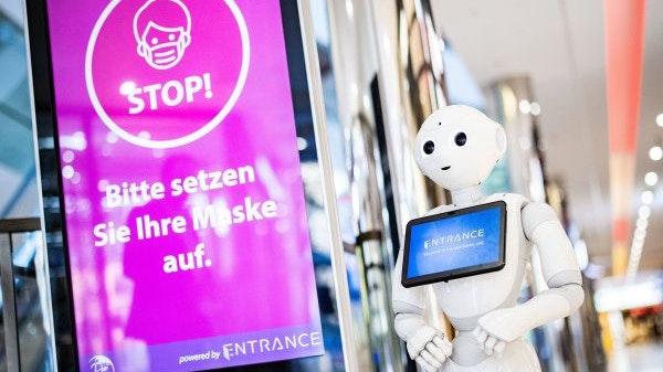 Maskentragen bleibt das Gebot der Stunde: In einem Einkaufszentrum in Düsseldorf hilft bei der Kontrolle ein Roboter. Die Zahl der Infizierten ist im Vergleich zum Vortag gestiegen. Symbolfoto: dpa