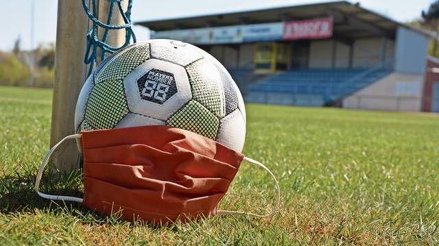 Maske statt Ball: Die Absolventen des Fußballtrainer-C-Lizenz-Lehrgangs müssen noch auf ihre Abschlussprüfungen warten. Foto: Hermes