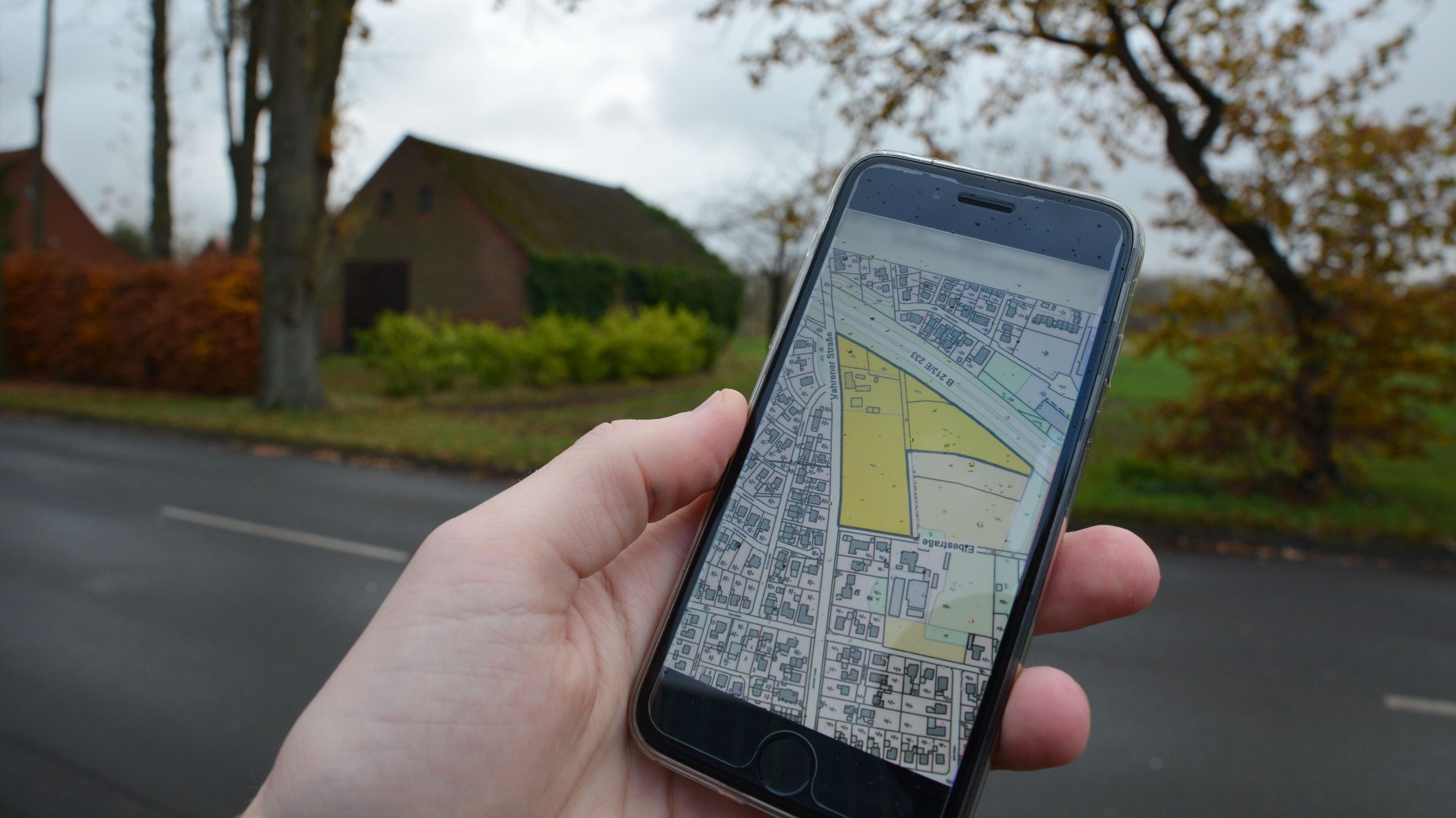 Plan und Wirklichkeit: In dem gelb markierten Feld zwischen der Vahrener Straße und der E 233 soll die Schule entstehen. Foto: Hermes