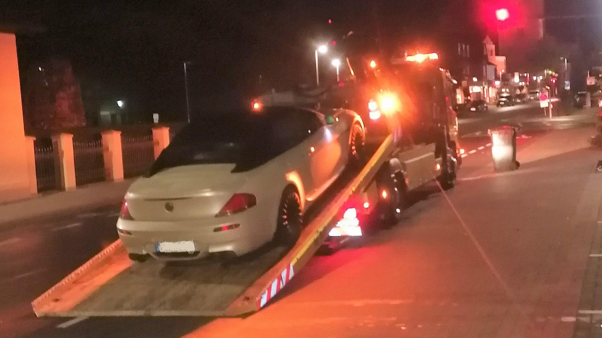 Der Wagen des 22-Jährigen wird abgeschleppt. Foto: Polizei