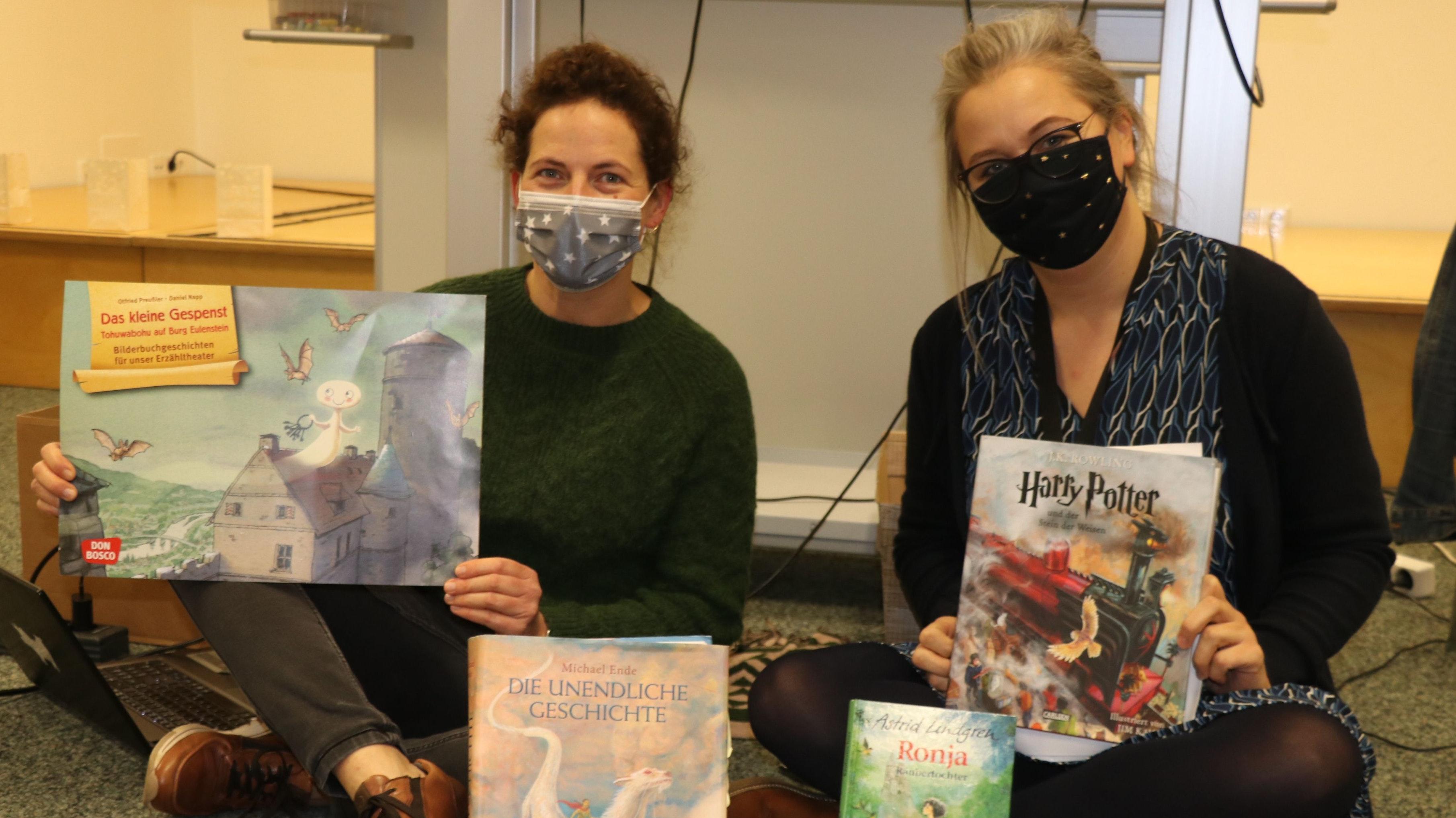 Mechthild Buck (links) und Andrea Litzenburger freuten sich über die positive Resonanz der Rüschendorfer Schülerinnen und Schüler auf den Vorlesetag. Die Buchauswahl war passend gewesen. Foto: Lammert