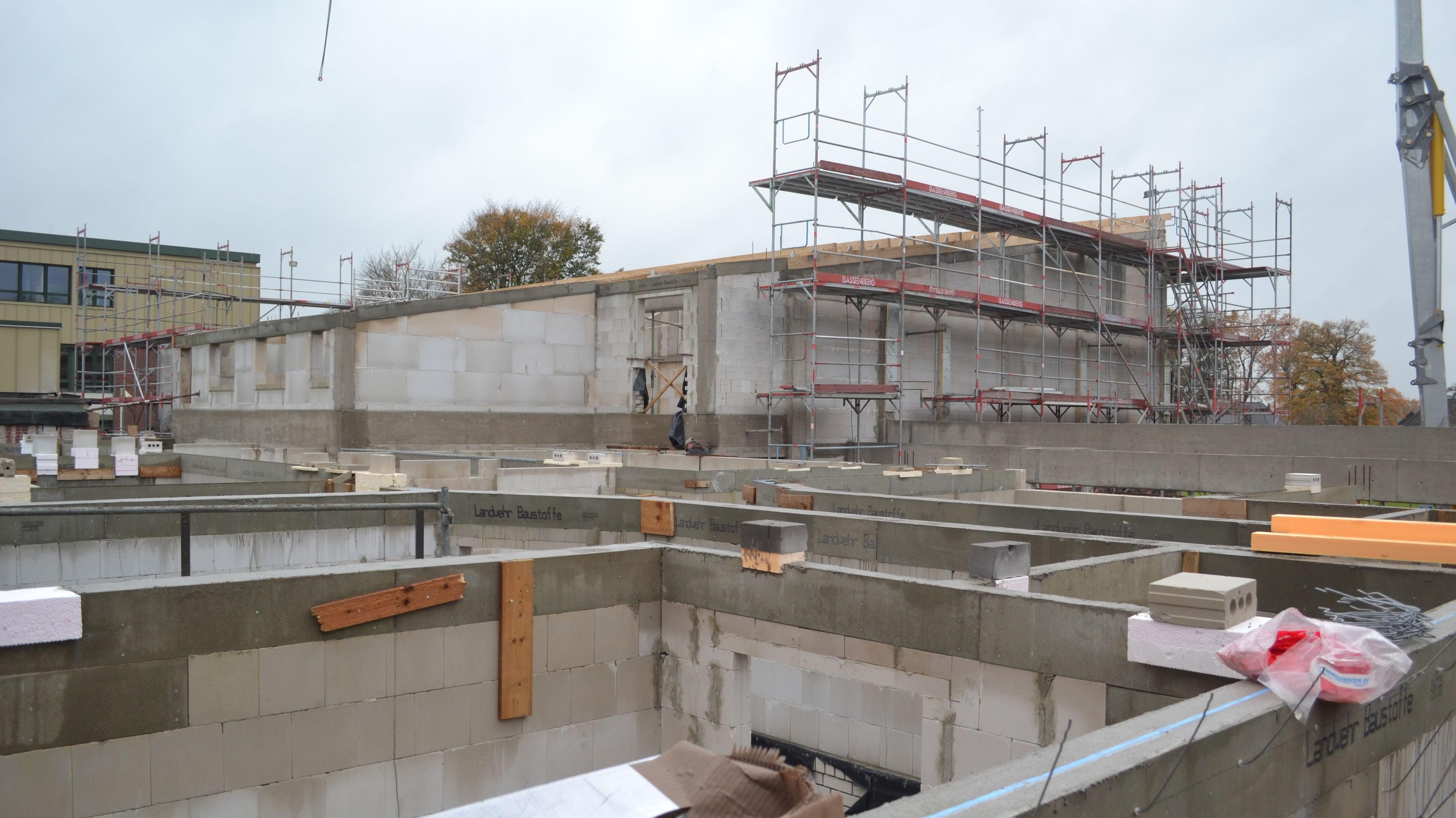 Bau kommt gut voran: Aktuell wird das Hauptdach der Sporthalle gerichtet. Foto: Schrimper