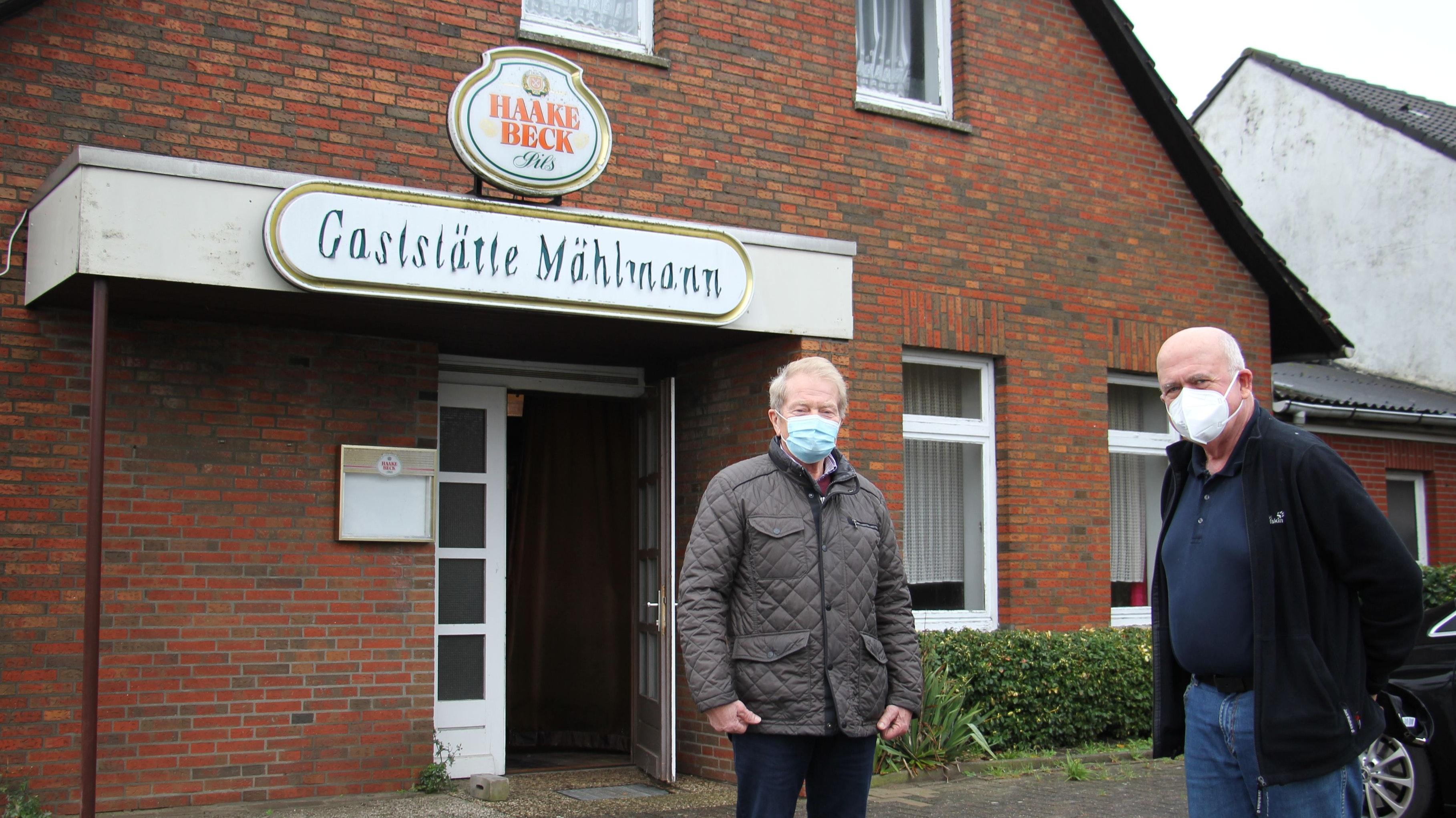 Die Suche nach einem Standort ist geglückt: Tafel-Vorsitzender Norbert Fink (rechts) und Schriftführer Otto Averbeck freuen sich über die kostenlose Bereitstellung der ehemaligen Gaststätte. Die Immobilie befindet sich im Eigentum der Stadt Vechta. Foto: Speckmann