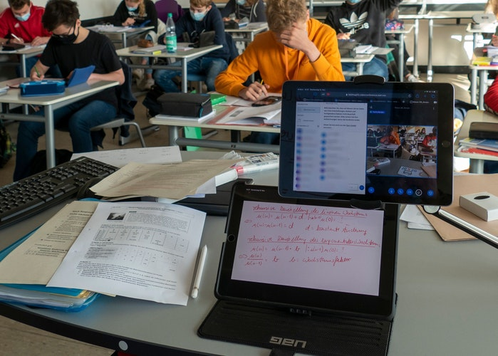 Doppeltes Bild: Das Bild der Präsenzklasse und das, was die Lehrer auf das Whiteboard schreiben, wird nach Hause übertragen. Foto: Stix