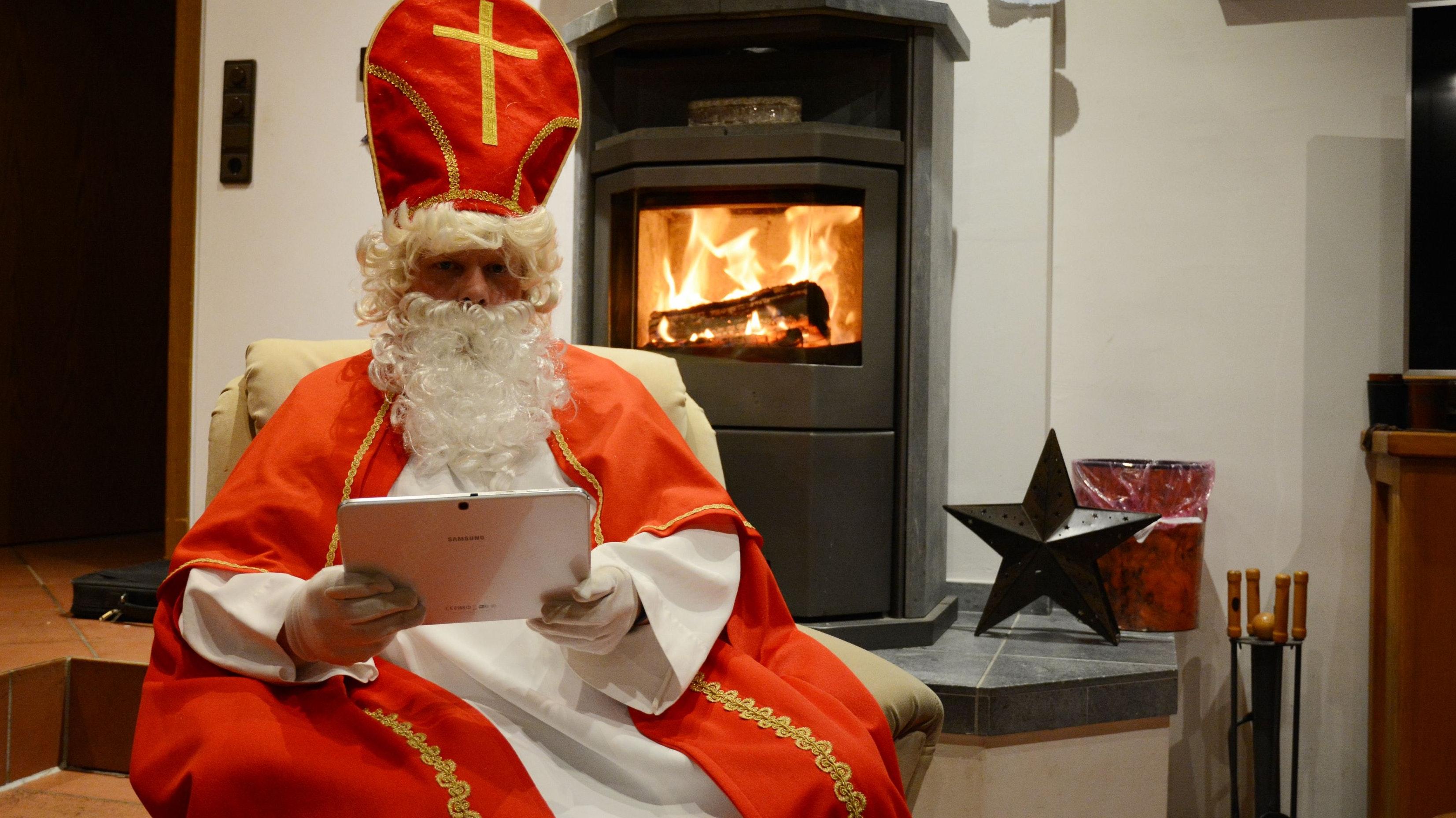 Am Kamin: Der Nikolaus spricht virtuell mit den Kindern. Foto: Hermes