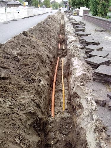 In diesen Kabeln steckt das schnelle Internet: Der Bau des kreiseigenen Glasfasernetzes, hier an Handorfer Straße in Steinfeld, macht Fortschritte. Foto: Breitbandinitiative Landkreis Vechta