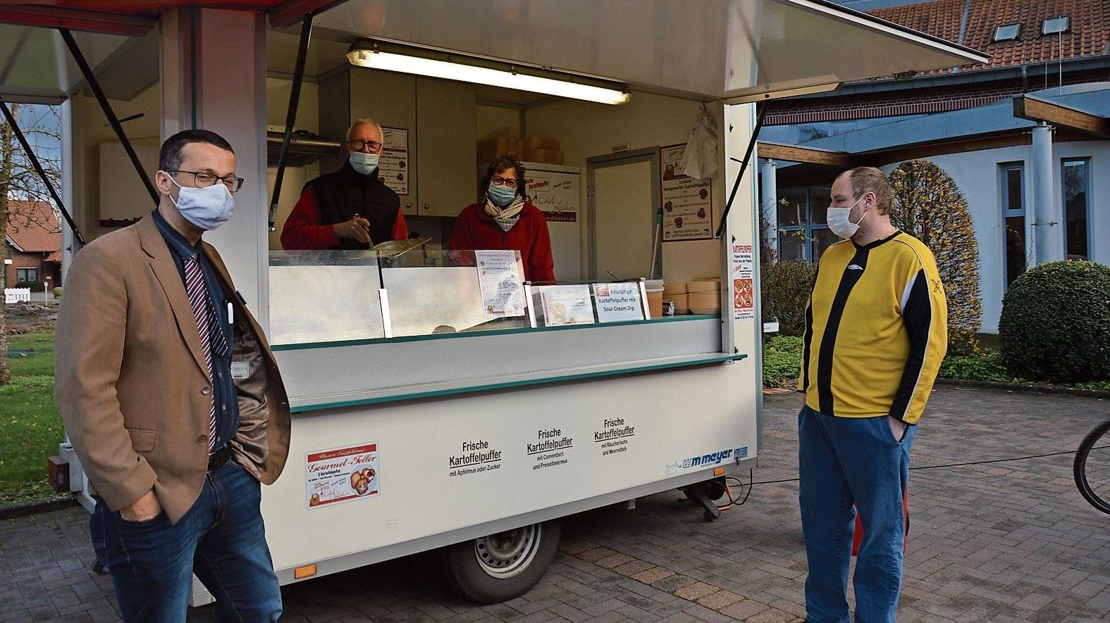 Knuspriger Gru��: Das Ehepaar Afflerbach bereitete für die Bewohner des Altenheims leckere Kartoffelpuffer zu. Foto: Landwehr