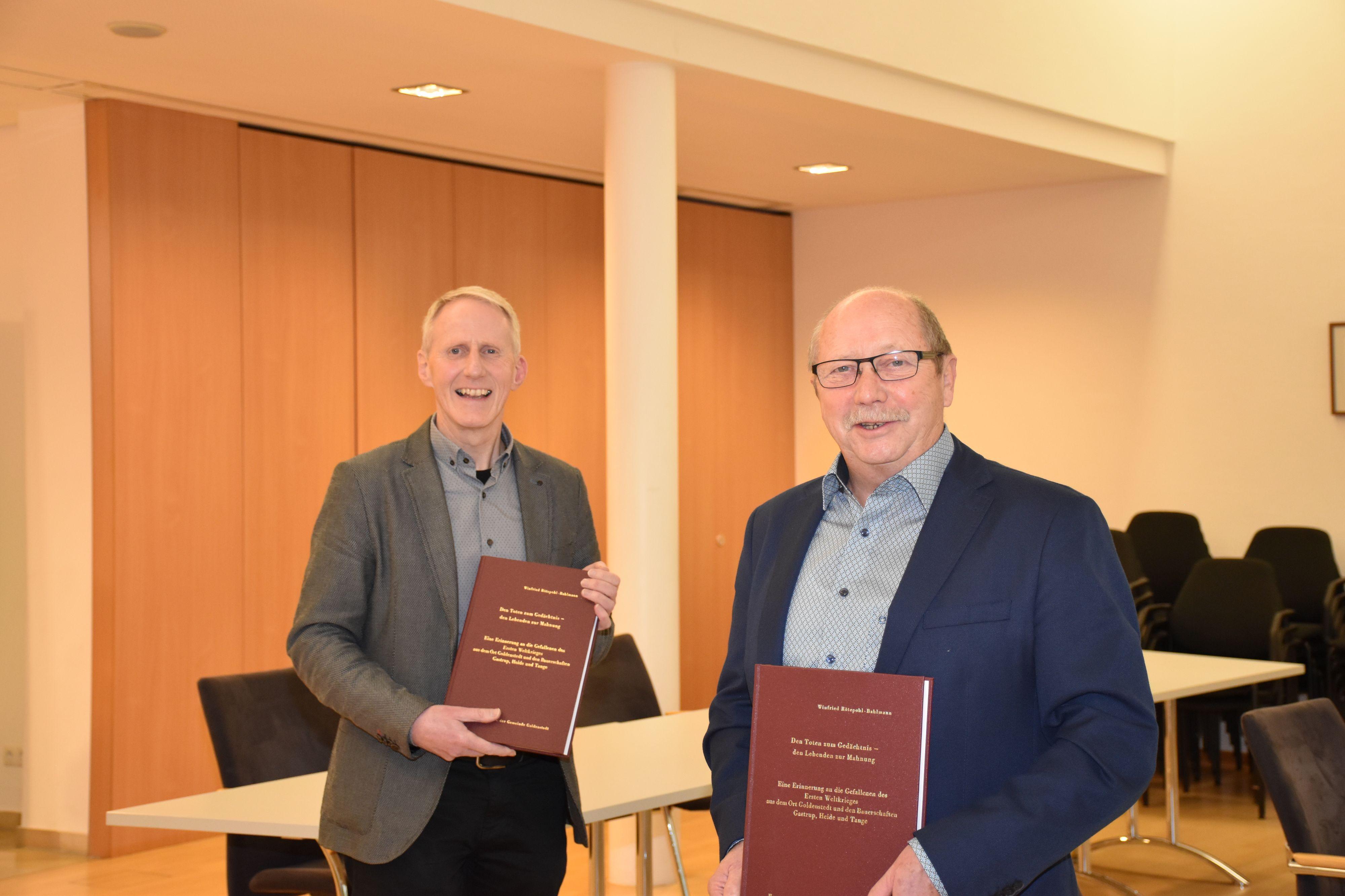 Bürgermeister und Autor setzen auf das bewährte Layout: Alfred Kuhlmann (links) und Winfried Rötepohl-Bahlmann. Foto: Ebert