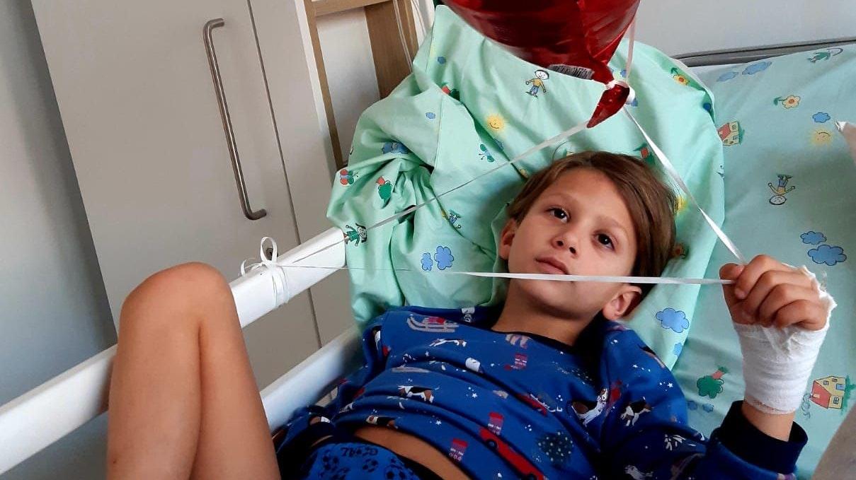 Der Verband verdeckt die tiefen Bisswunden: Ahmad Hussein im Krankenhaus. Foto: Hussein