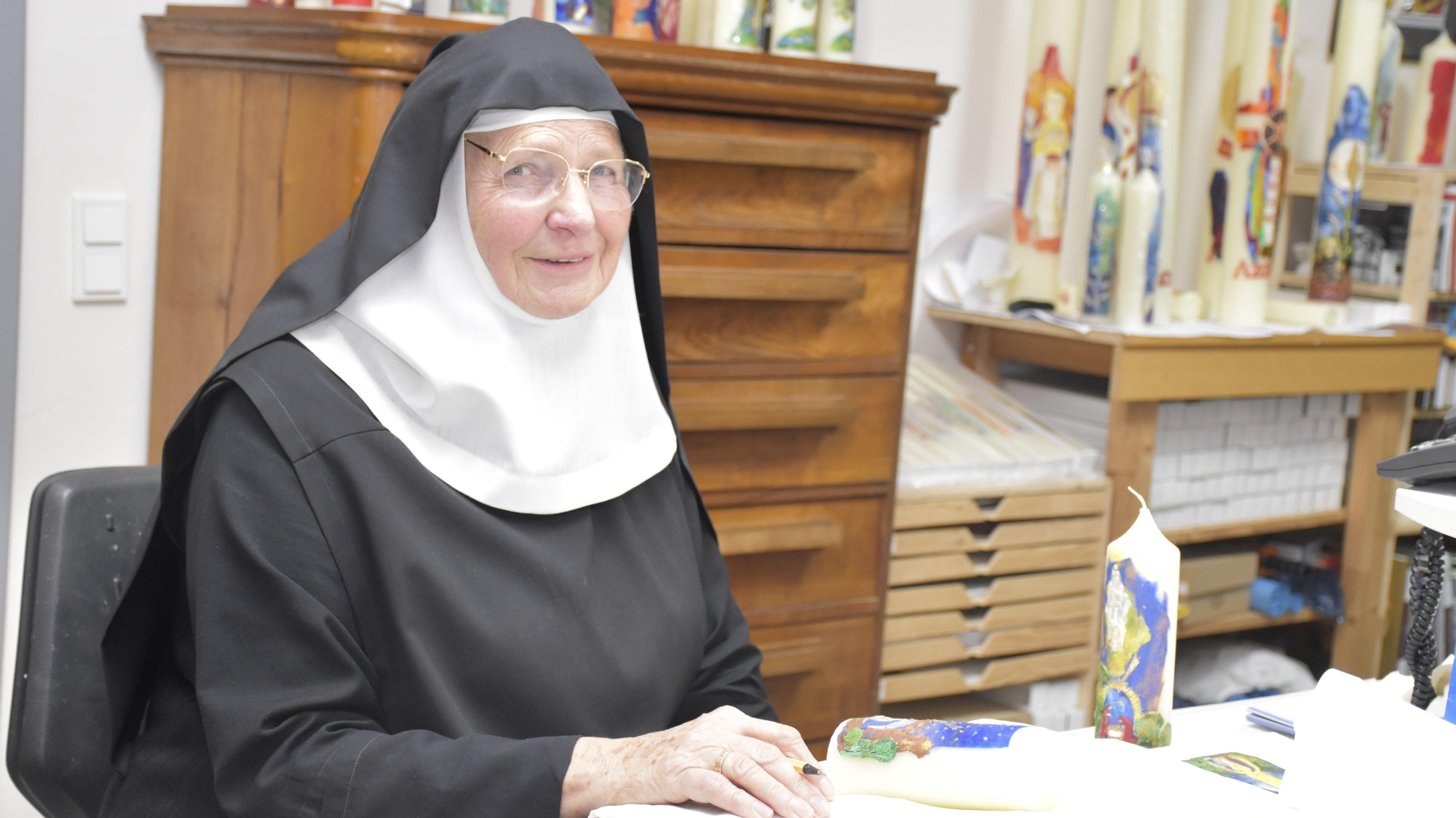 Jedes Stück ist ein Unikat: Schwester Veronika Scharnberg im Dinklager Kloster gestaltet kunstvolle Kerzen. Foto: Scholz