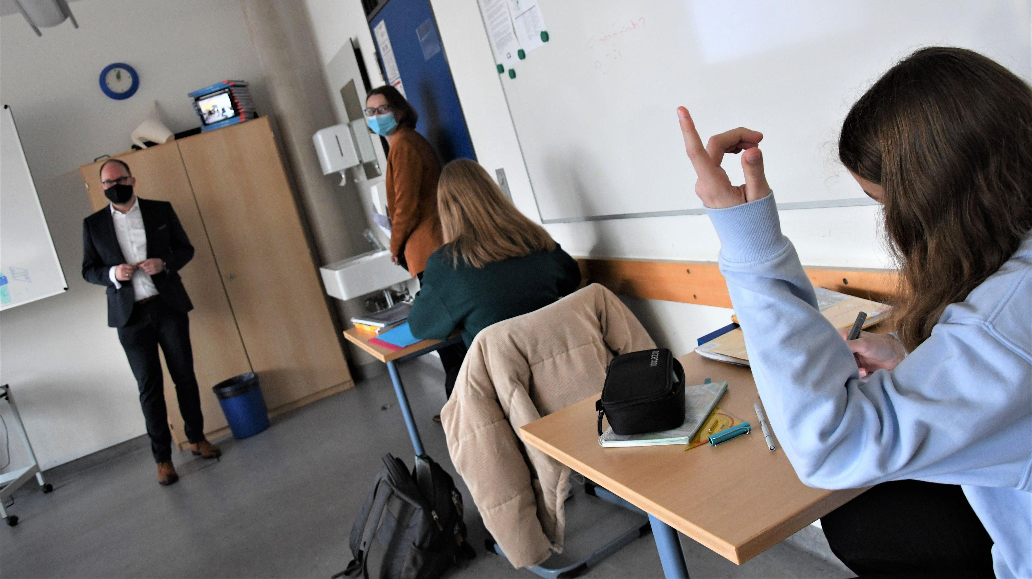 Digital mit Aufzeigen: Den Online-Unterricht besuchten am Dienstag der Landrat (links) und die Direktorin des CAG. Foto: Kreke