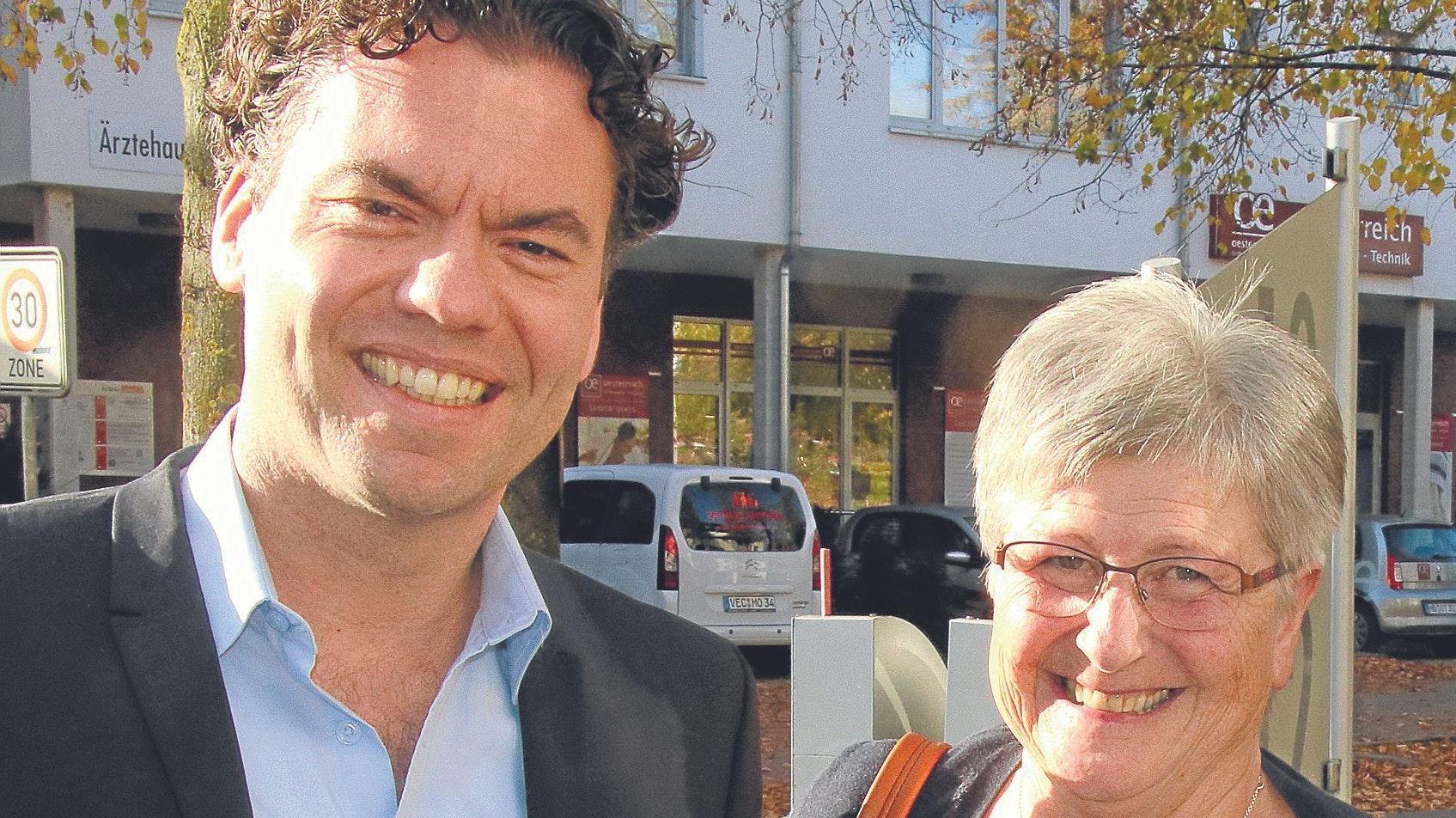 """Hohe Anerkennung: Professor Dr. Christian Hackenberger, hier mit seiner ehemaligen Lehrerin Sigrid Litzenburger, gehörte zu den 10 Wissenschaftlern, die mit dem Preis """"Durchbruch des Jahres"""" ausgezeichnet worden sind. Foto: Lammert"""