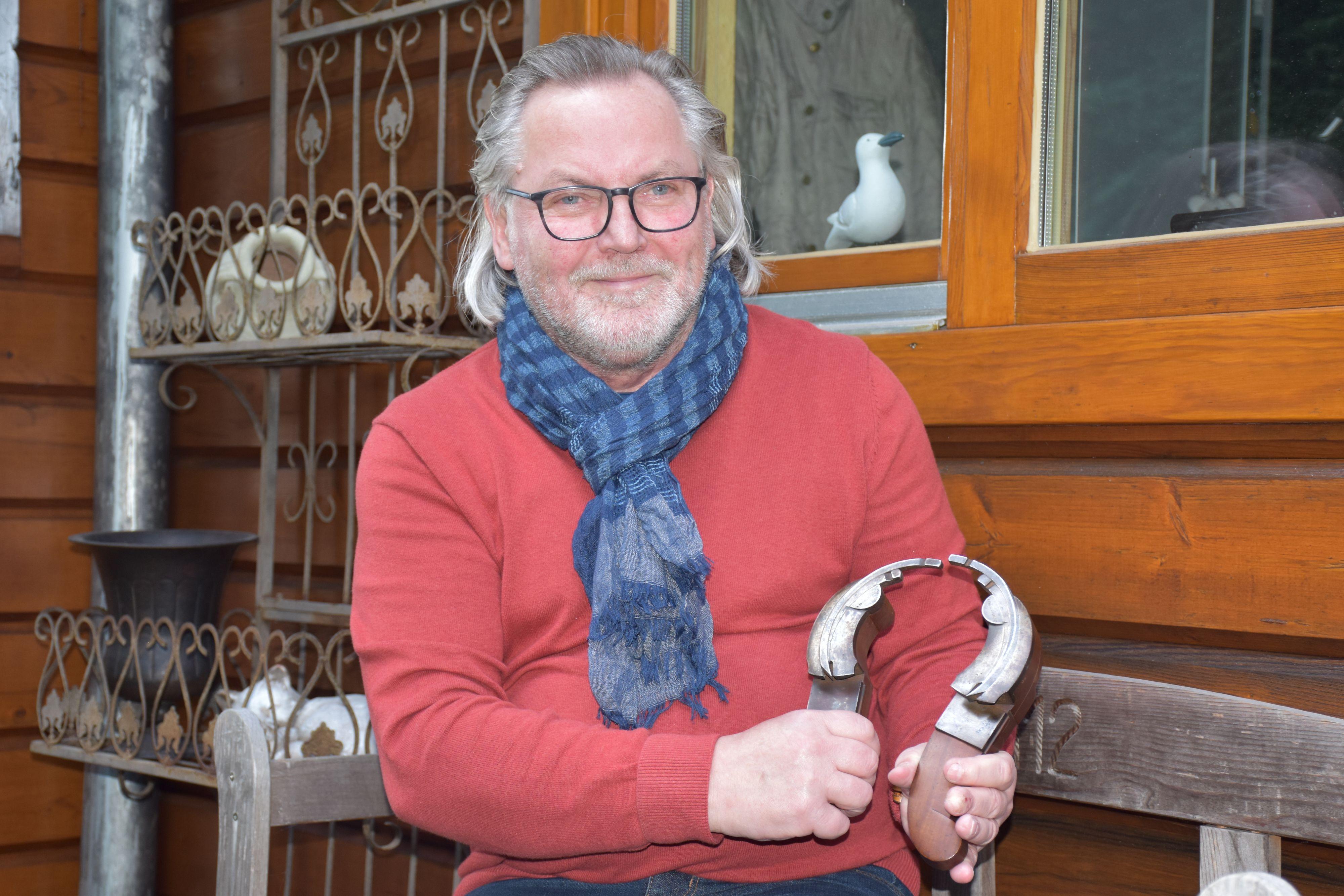 Jäger, Sammler, Restaurator: Kulturhistorische Werkzeuge für die Holzbearbeitung haben es Peter Stahlich angetan. Hier hält er ein weltweit vielleicht einzigartiges Hobelmodell aus Paris in den Händen. Foto: Ferber