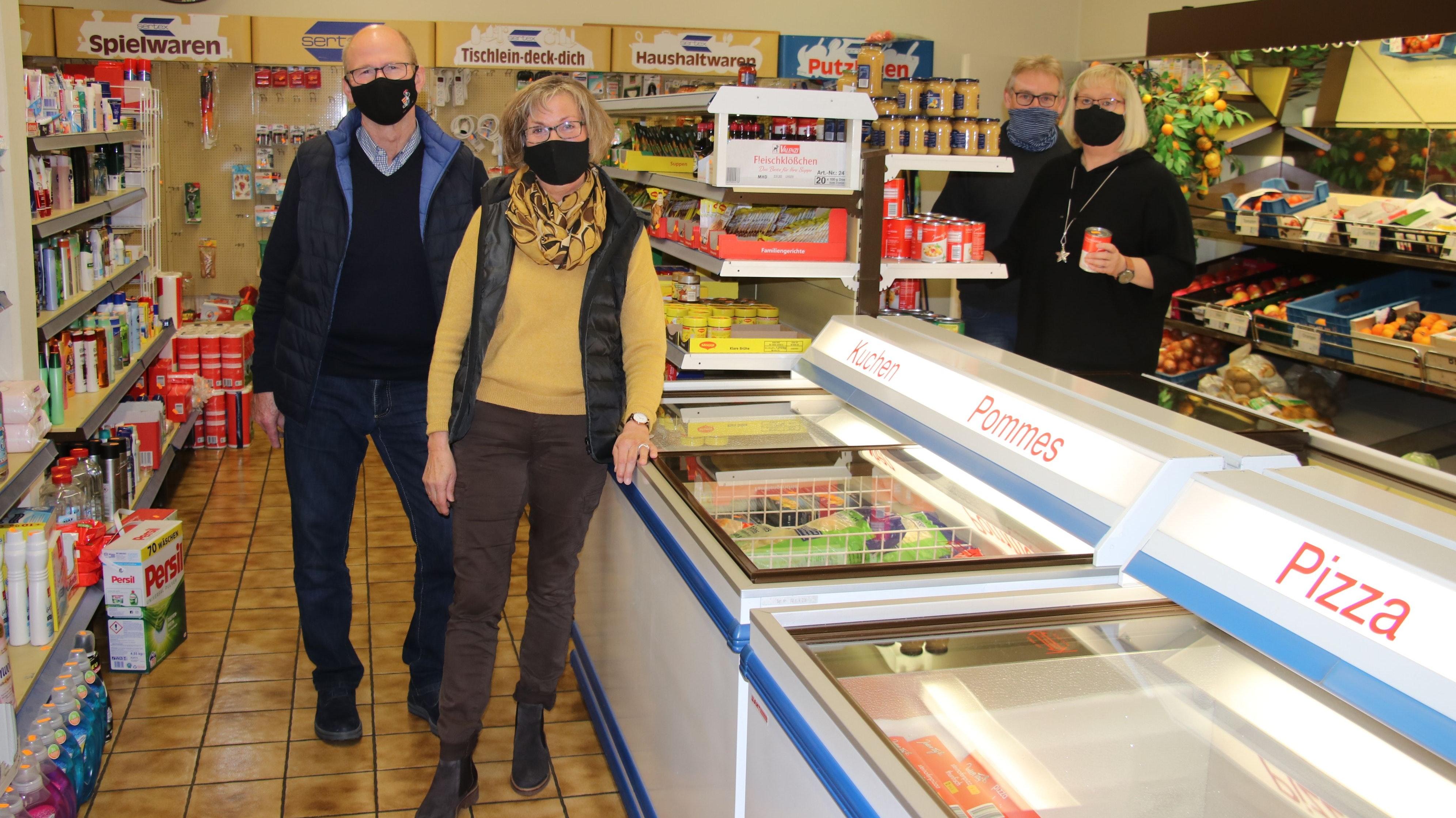 Dass sich noch ein Mieter der Geschäftsräume findet, ist der Wunsch von (von links) Ulrich und Elsbeth Grafemeyer, Ortsvorsteher Norbert Osterhues und Walburga Osterhues. Foto: Lammert