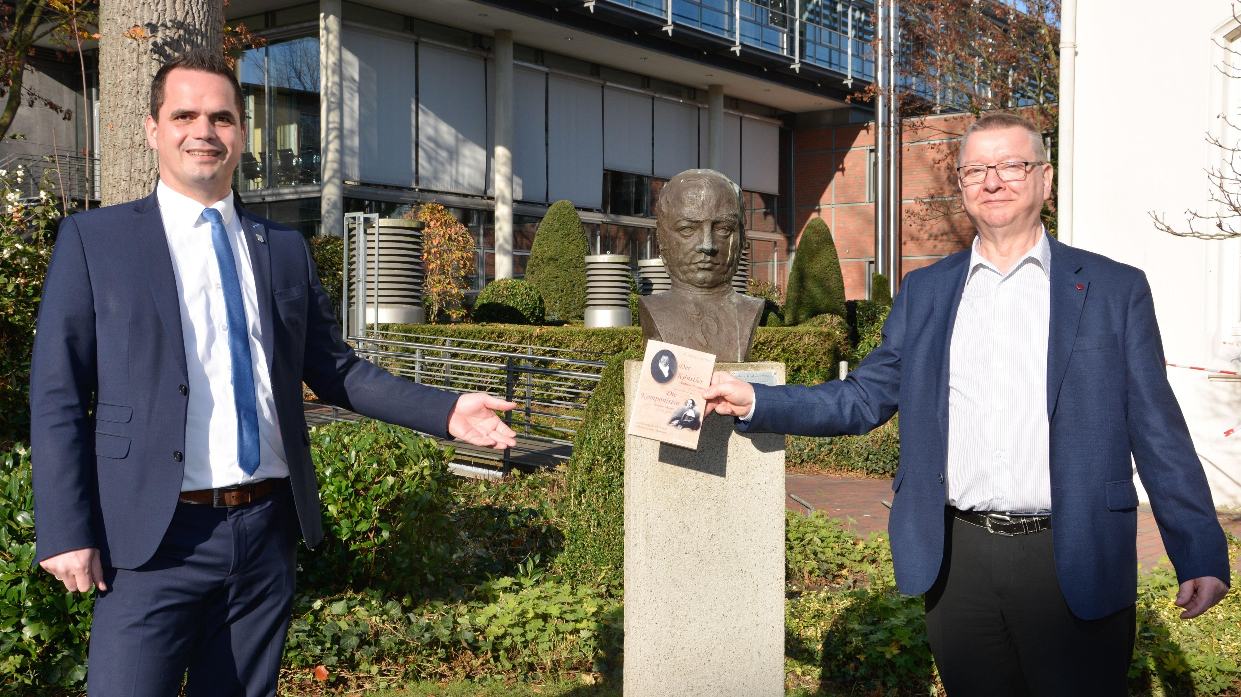Romberg in Romanform: Wolfgang Rose-Heine (rechts) übergab nun sein Werk über den Künstler an Vechtas Bürgermeister Kristian Kater. Foto: Gerecke