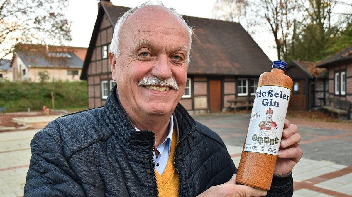 """Absolutes Kultgetränk: Heinz Deters mit einer Flasche """"Rießeler Gin"""", einer Erfindung des kürzlich verstorbenen Lohner Pfarrers Uwe Grünefeld. Foto: Klöker"""