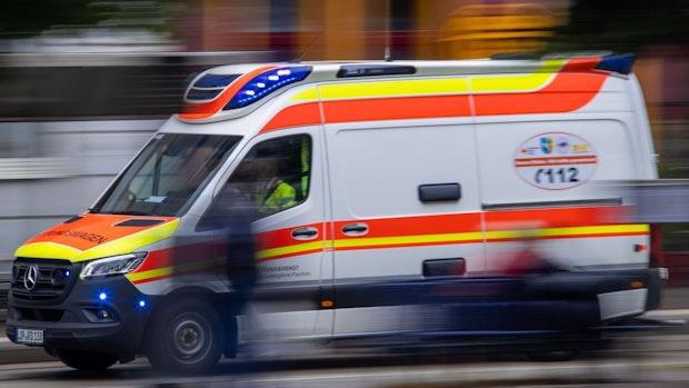 Radfahrer bei Kollision mit Lkw schwer verletzt