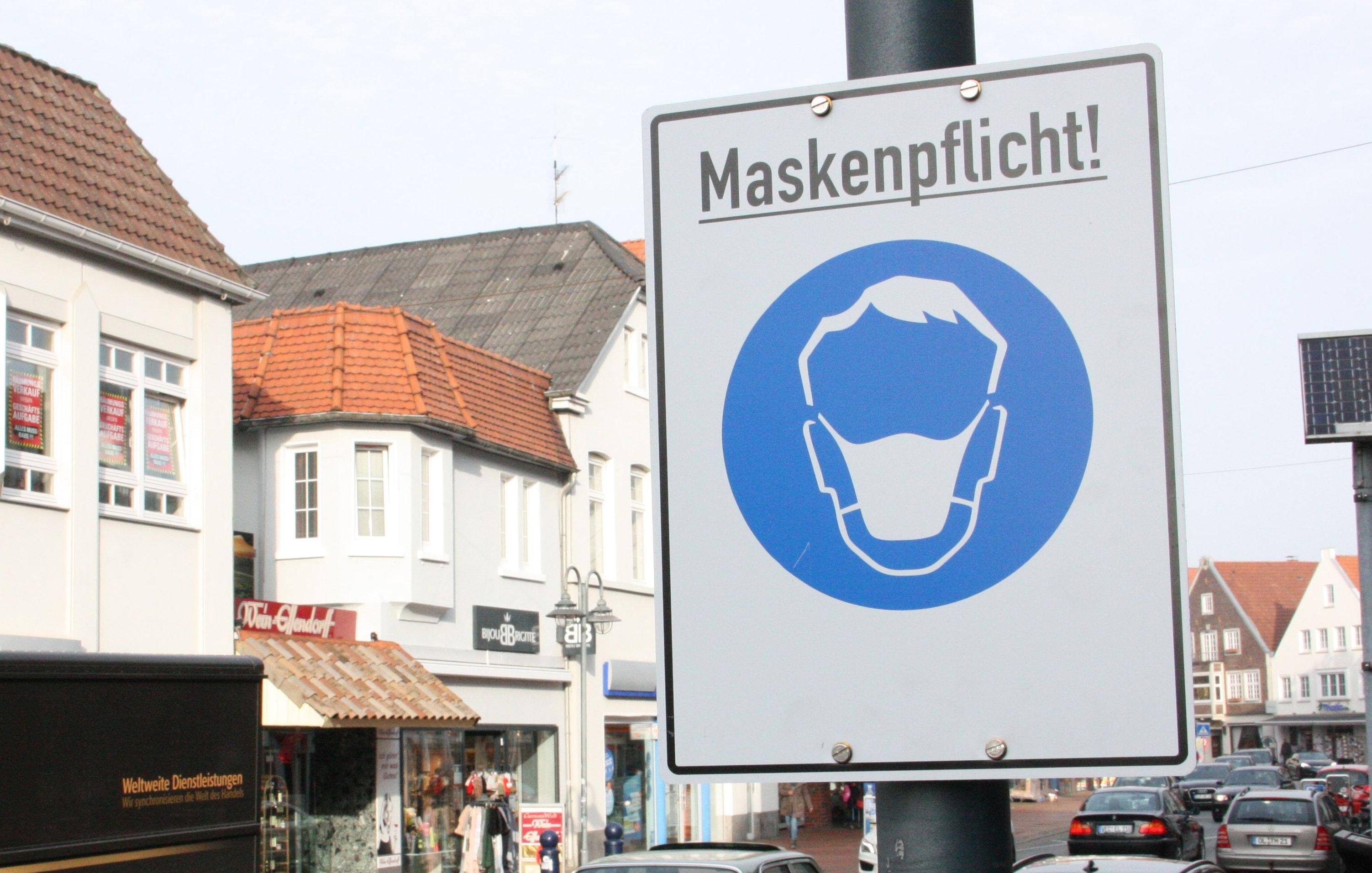 Wohl noch lange nicht vorbei: Maskenpflicht auf der Großen Straße in Vechta. Foto: Meyer