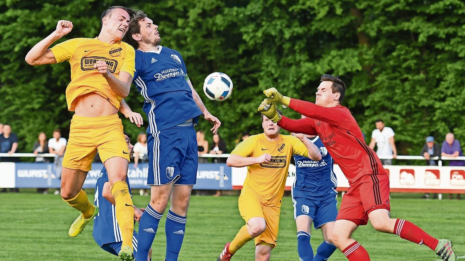 Ein Derby, das in Zukunft fehlt: Duelle zwischen dem BV Essen (blaue Trikots) und SV Bevern sorgten in den vergangenen Jahren nicht nur für reichlich Zuschauerinteresse, sondern auch für sportliche Brisanz. Archivfoto: Wulfers