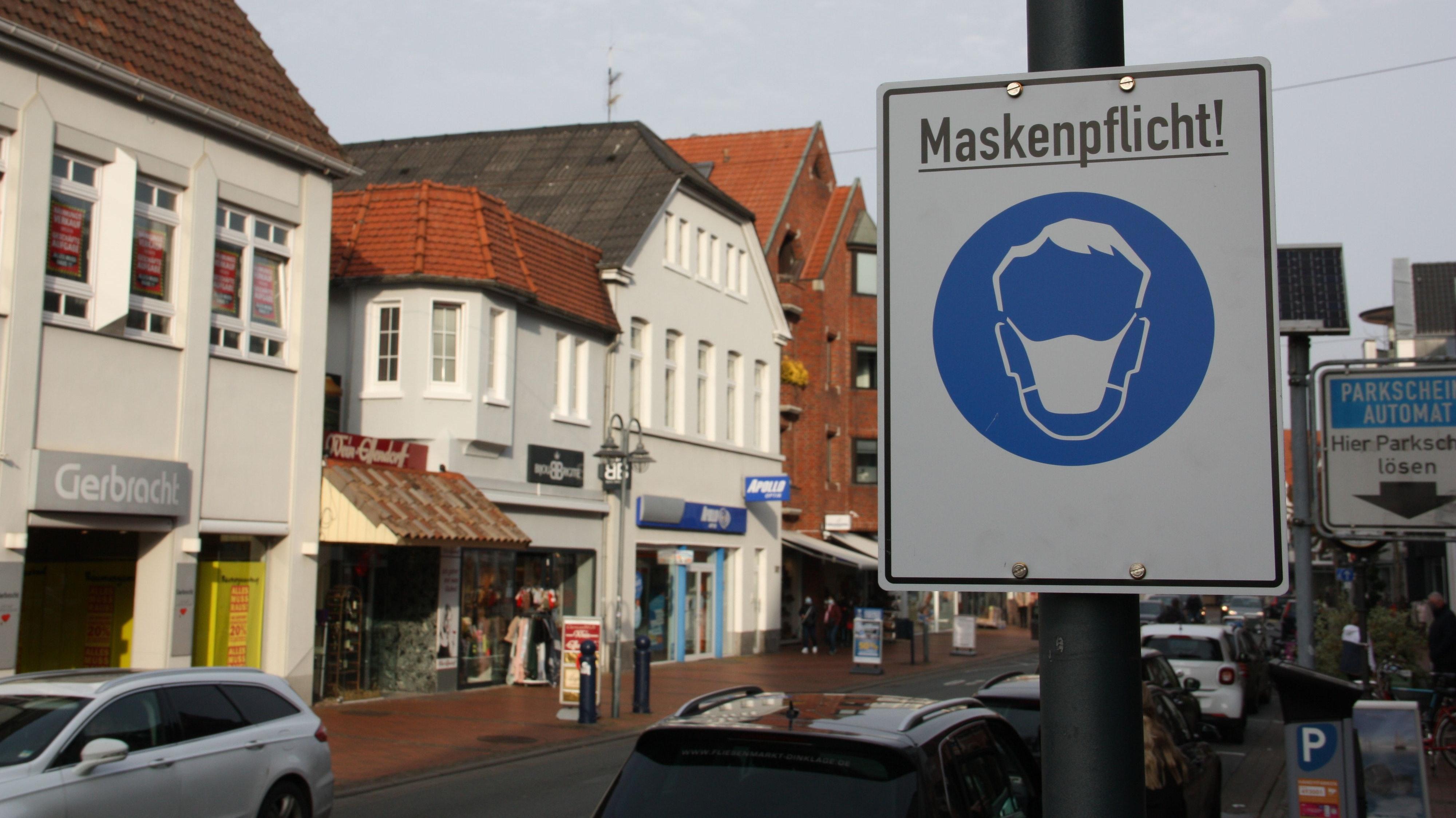 Straßen und Plätze in der Öffentlichkeit: In Vechta weisen Schilder auf die Maskenpflicht hin. Foto: Meyer