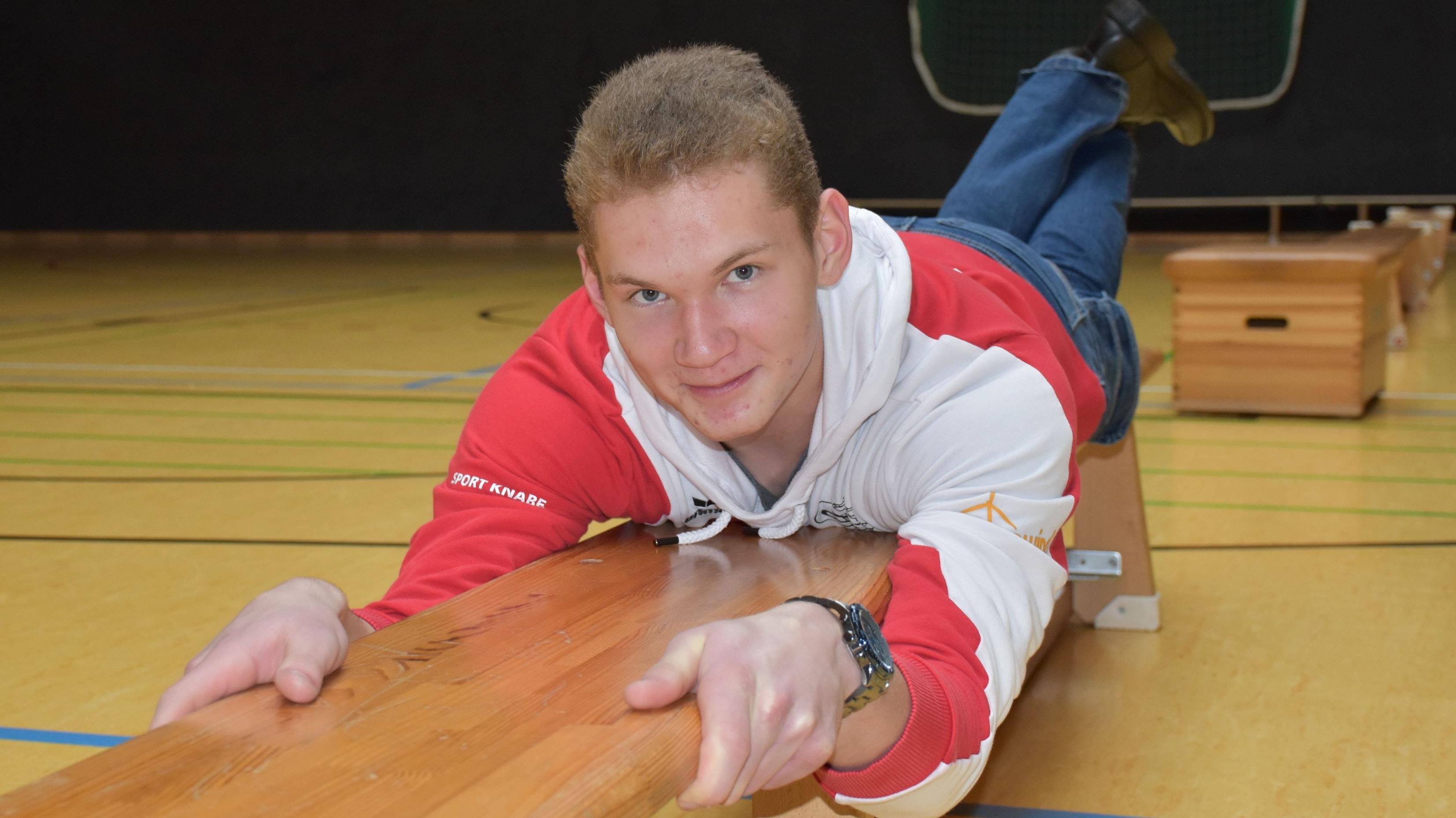 Übung für den Bizeps: Mit Muskelkraft zieht sich der 17-jährige Dammer über eine Bank. Außerdem hat er noch Trainingseinheiten für den Trizeps und zum Gleichgewicht-Halten für den Kinderturntag vorbereitet. Foto: M. Meyer