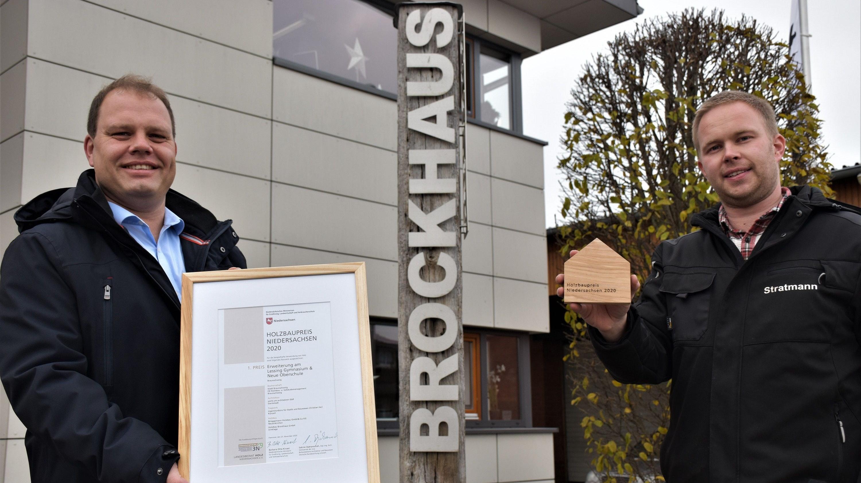 Stolz auf die Auszeichnung: Firmenchef Andre Brockhaus (links) und Bauleiter Tim Stratmann. Foto: Böckmann