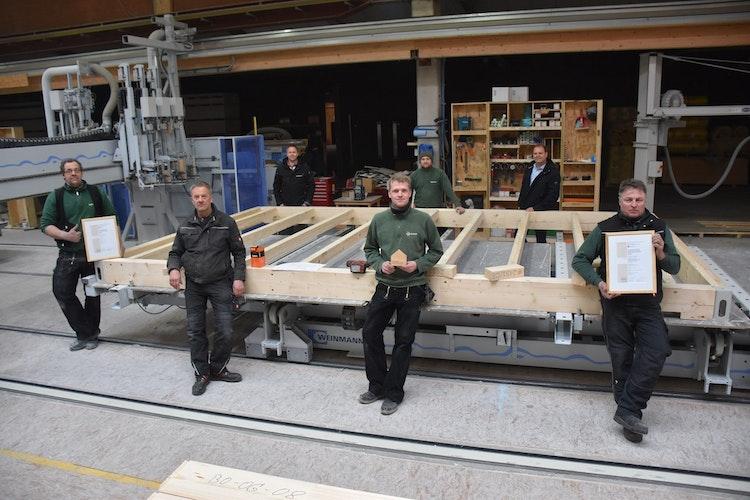 Firmenchef Andre Brockhaus (hinten rechts) ist stolz auf seine Mitarbeiter: Jan Lohmann, Bernd Bokern und Bernard Bornhorst (vorne von links) präsentieren stellvertretend Urkunden und Preis. Foto: Böckmann