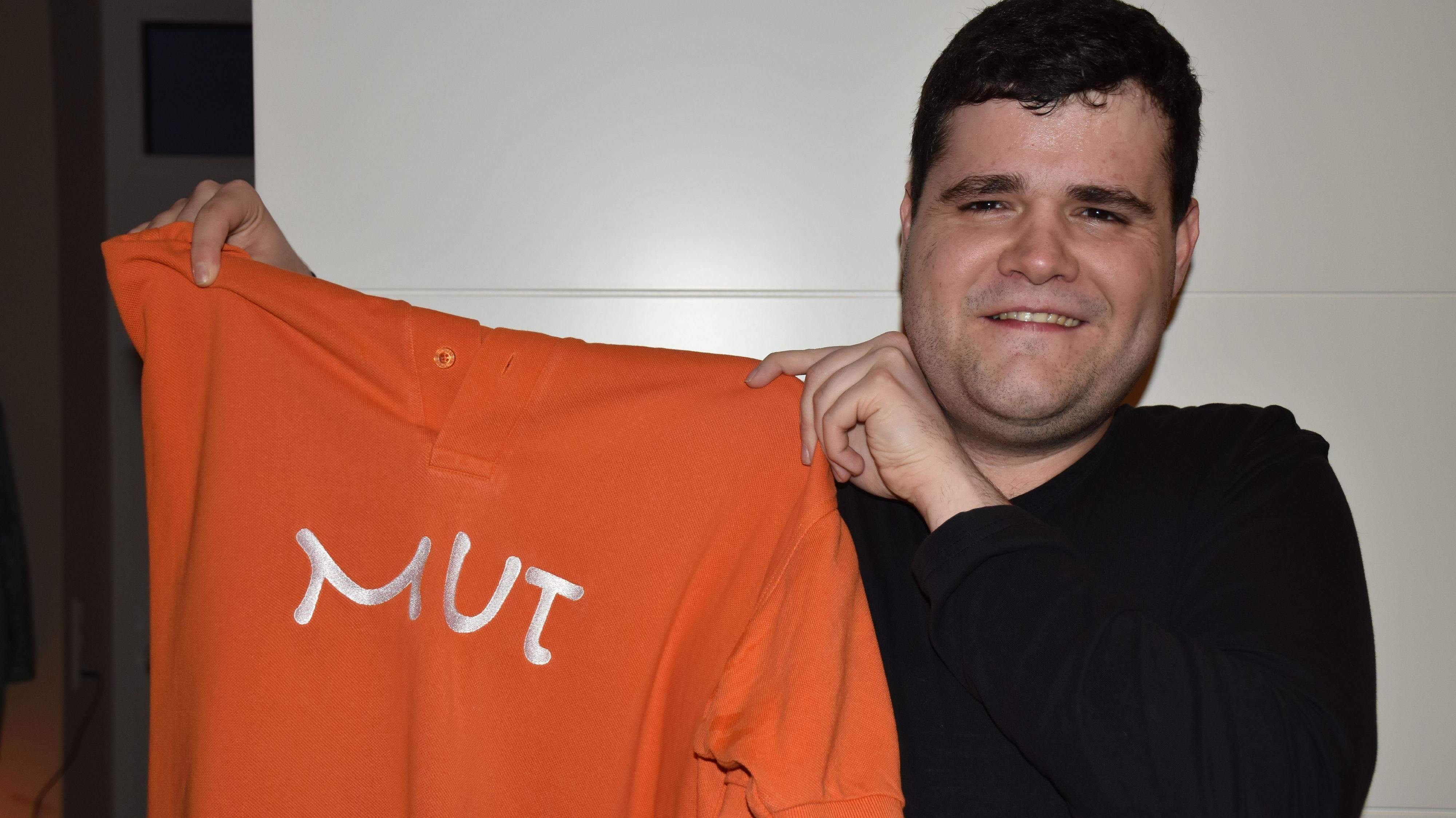 Er zeigt Mut: Björn Feldhaus präsentiert ein Shirt der Bartimäusgruppe Visbek. Foto: Klöker