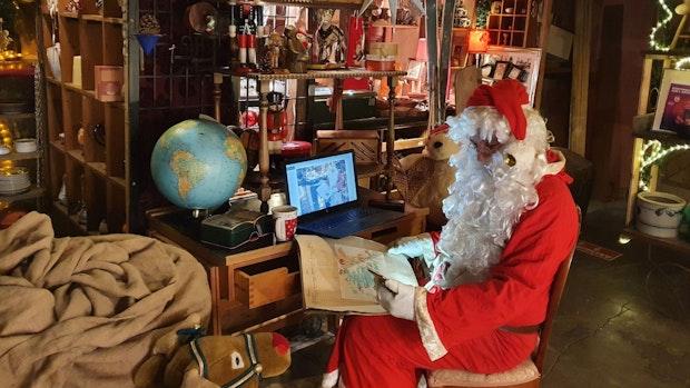 Weihnachtsmann sitzt im Homeoffice