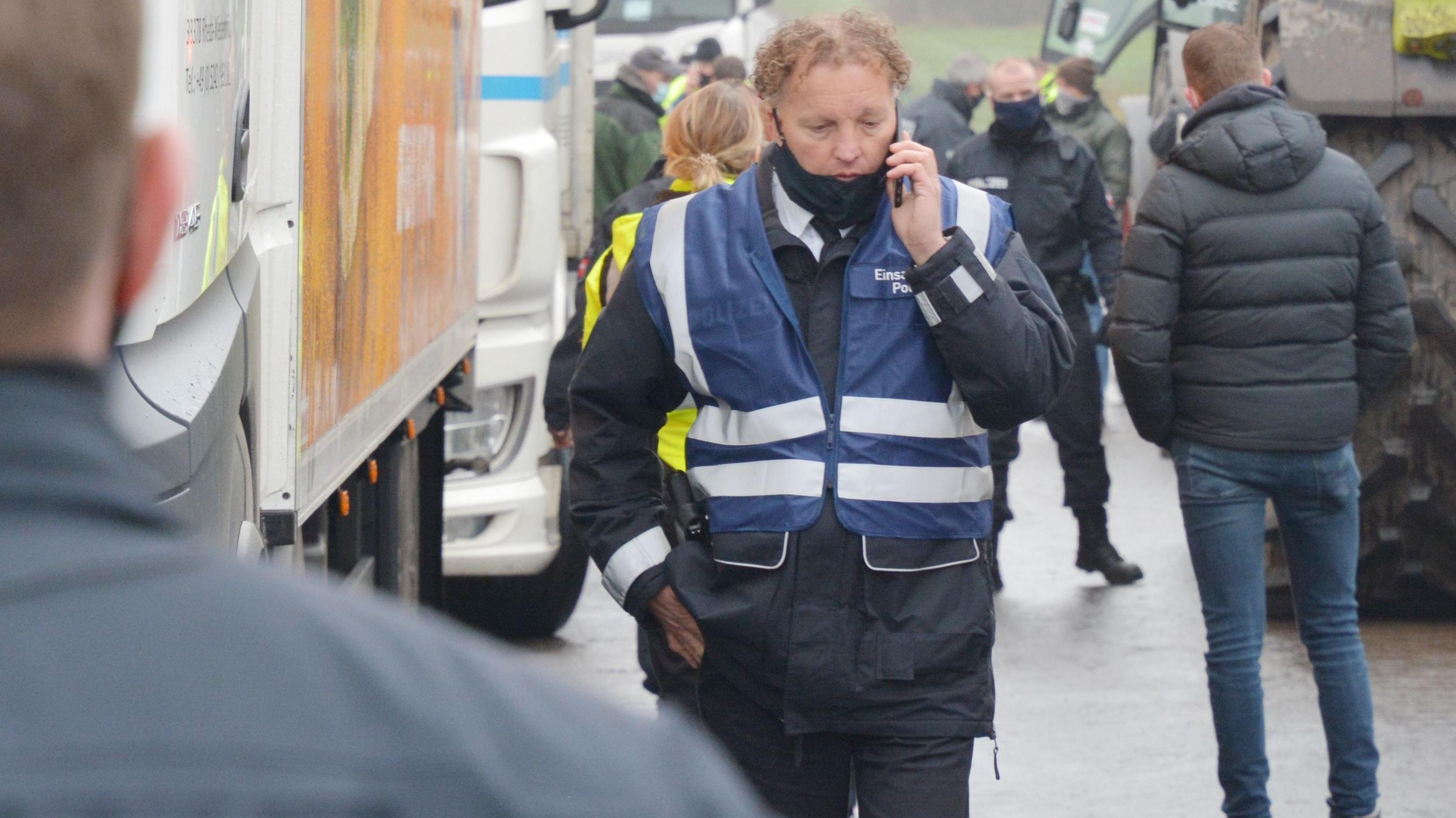 Immer im Gespräch: Einsatzleiter Walter Sieveke versuchte, eine friedliche Lösung bei der Demonstration zu finden. Foto: Hermes
