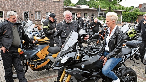 Juli:Biker geben Gas gegen Fahrverbot