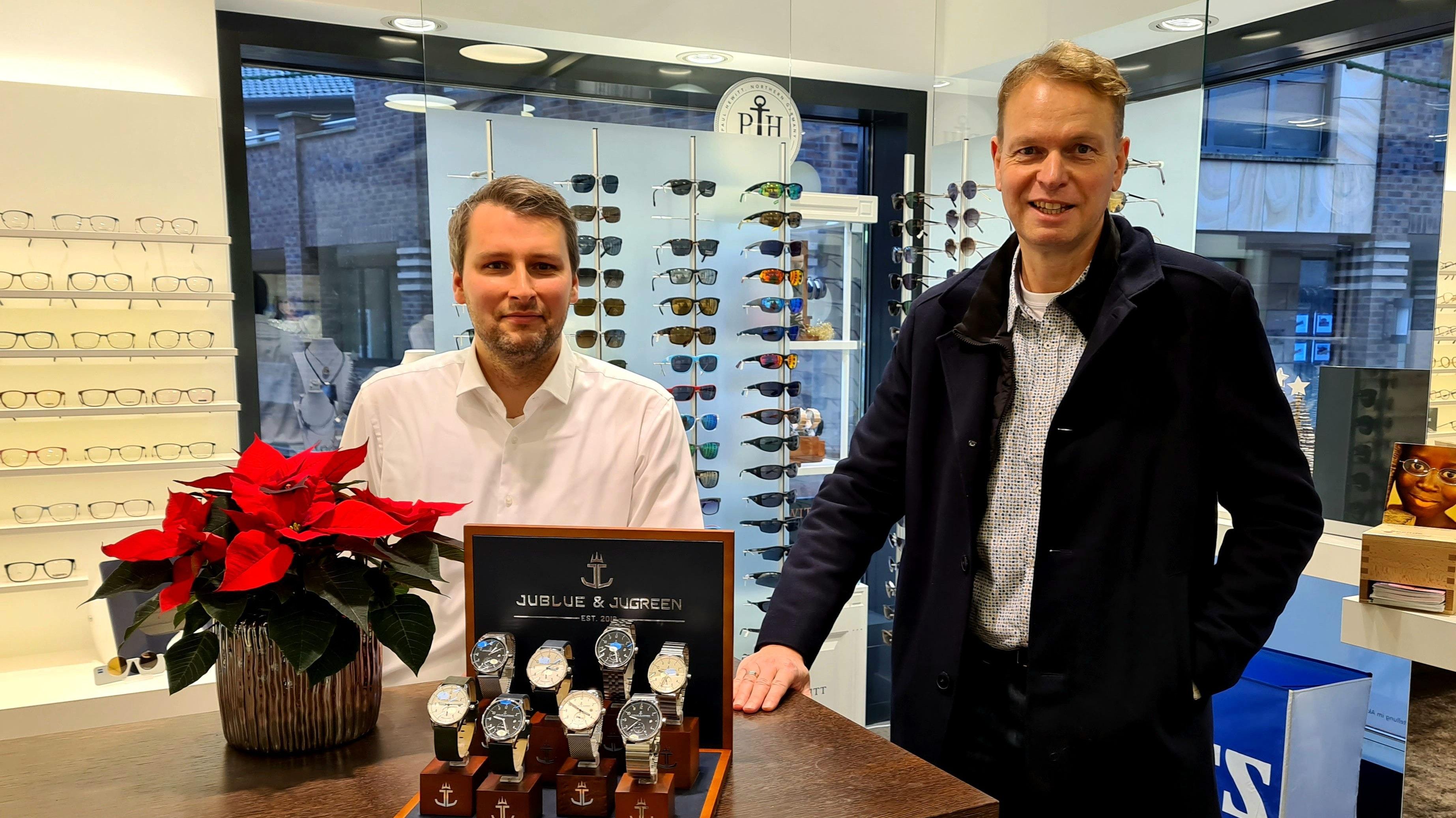"""Der Label-Inhaber und der Uhrenexperte: Jürgen Kruse (rechts) verkauft seine recycelbaren Armbanduhren auch bei Mark Schumacher. Dieser findet: """"Eine Topqualität."""" Foto: F.-J. Schumacher"""