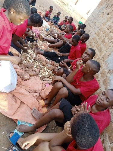 Lernen fürs Leben: Junge Frauen im berufsbildenden Unterricht durch die St. Francis Foundation in Uganda.