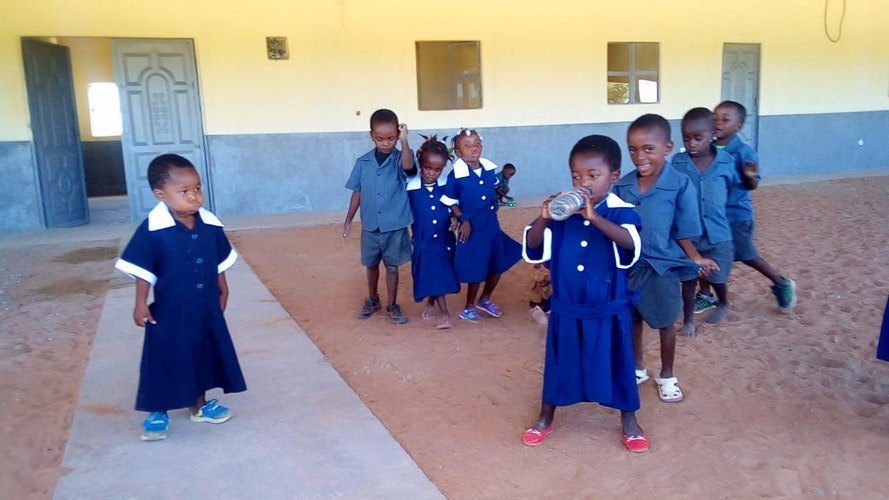 """Kinder in Cuvelai in Angola: Auch mit Unterstützung von Sportler gegen Hunger"""" entsteht hier eine neue Schule."""