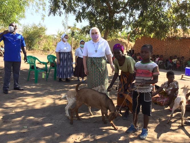 Moment der Übergabe: Schwester Klara Lüers aus Visbek bei der Verteilung der Ziegen in Madisi.