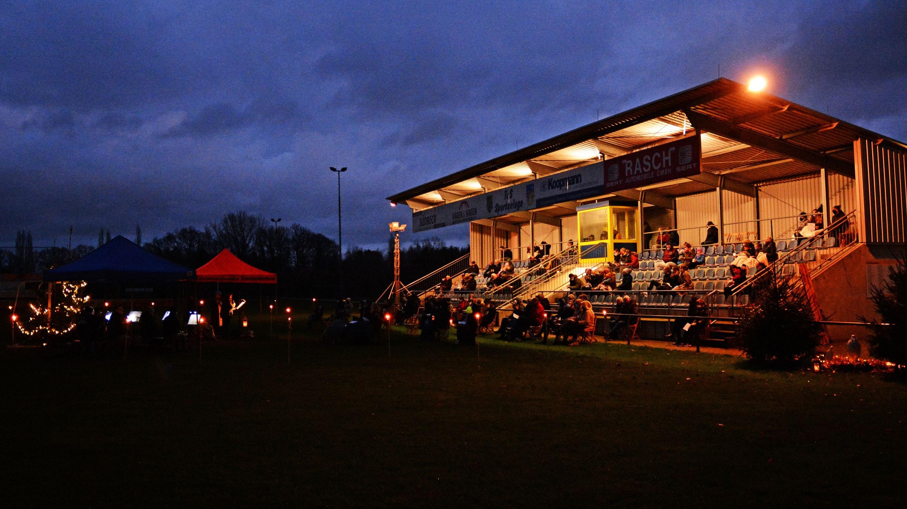 Christmette im Freien: Der Wortgottesdienst am Heiligabend fand unter anderem beim Sportplatz des TuS Emstekerfeld statt. Foto: Hermes