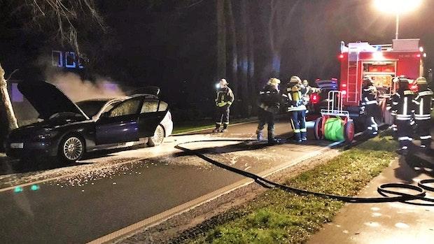 Bösel: Auto fängt auf Thüler Straße Feuer