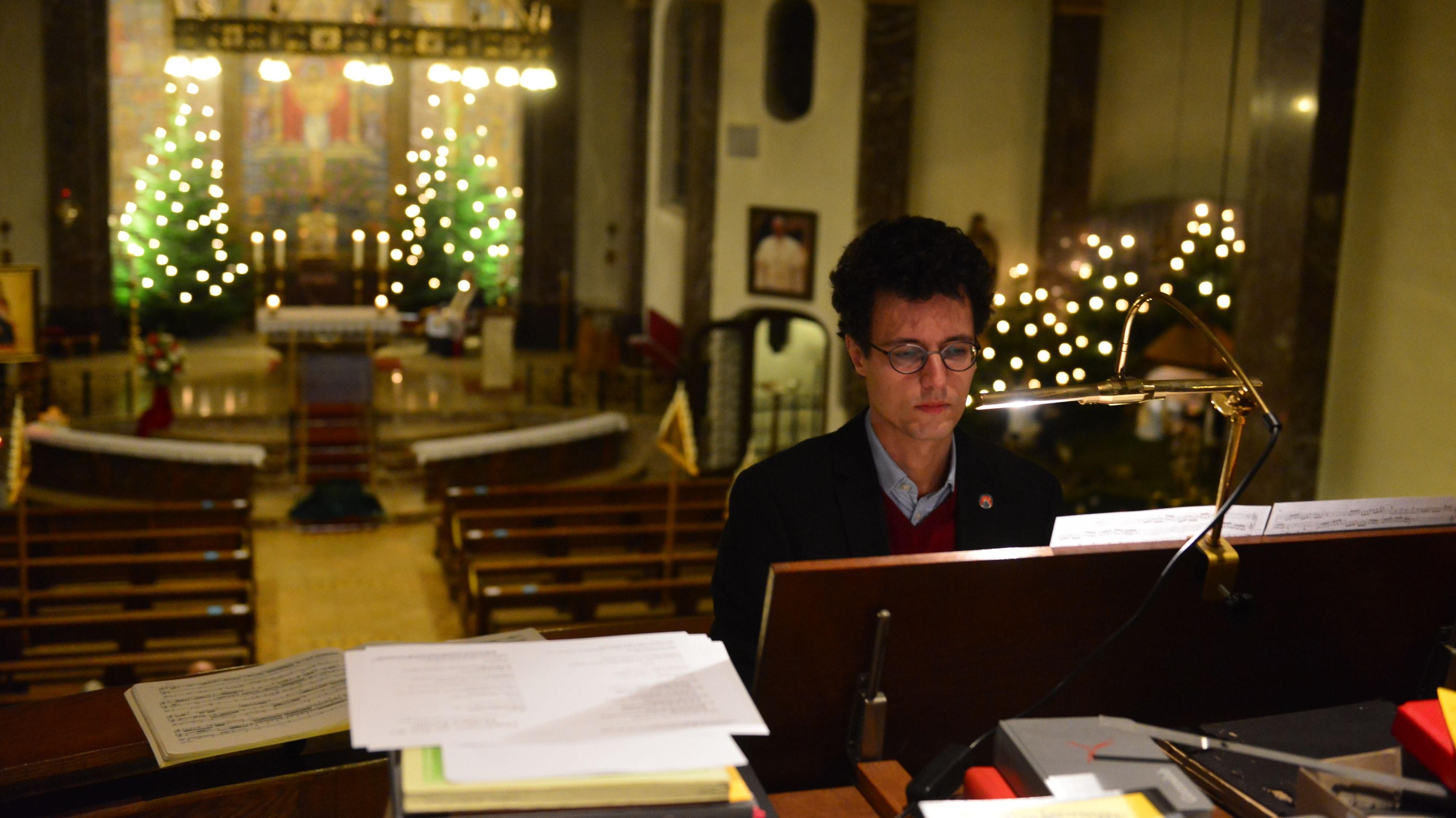 Orgelklänge in weihnachtlicher Basilika: Christian Kienel sorgte für die musikalische Begleitung der Andacht.   Foto: Heidkamp