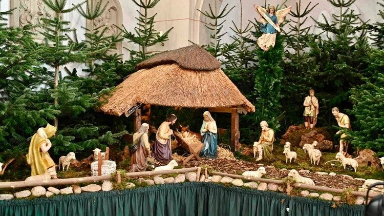 Fast fertige Krippendarstellung: Das Jesus-Kind durfte am Samstag des 4. Advent schon mal kurz in der Krippe zur Probe liegen. Foto: M. Niehues