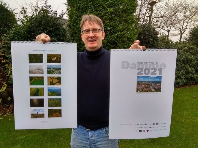 Der gebürtige Dammer präsentiert stolz seinen gerade fertiggestellten Kunstkalender im Großformat. Foto: Röttgers