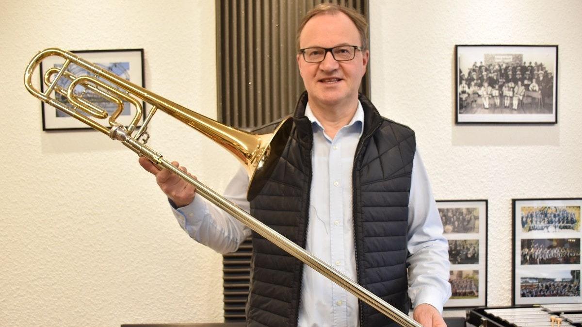 Eines seiner Lieblingsinstrumente: Harald Kuper mit einer Posaune. Foto: Klöker